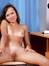 Sex bomb kelsey fully naked indoors flaunting her nice curves